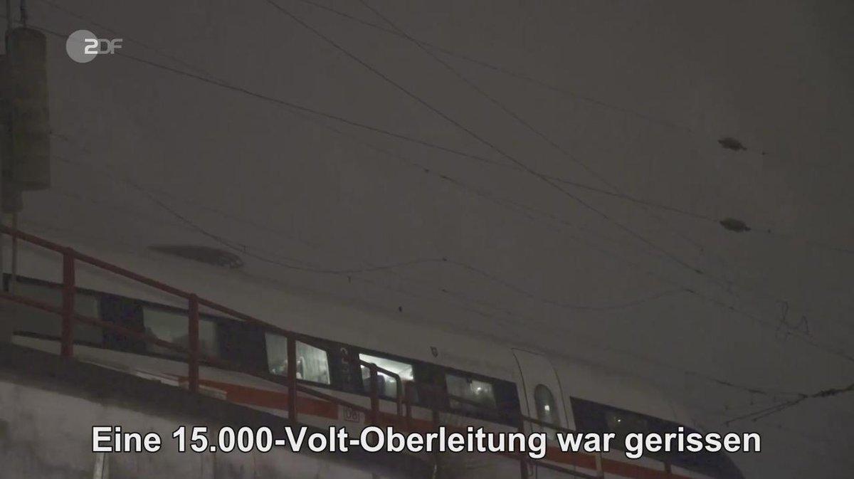 Oberleitungsriss am Hauptbahnhof #Hamburg: Hunderte Passagiere waren gestern Abend in einem ICE eingesperrt.