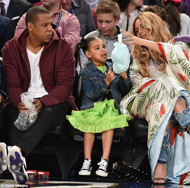 Beyonce treats Blue Ivy to cotton candy while sitting court side https://t.co/aM9IiEvmlg