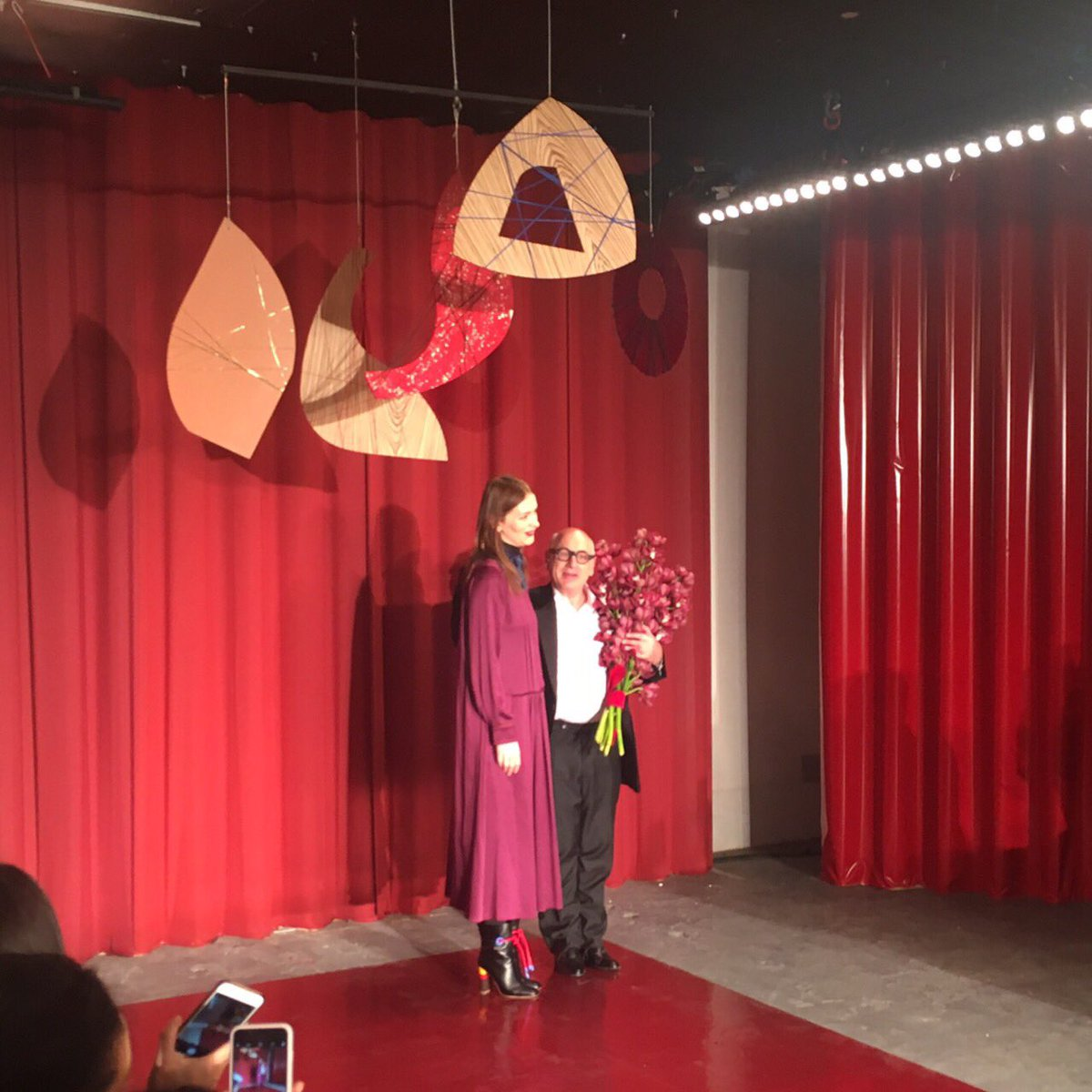 【ロンドンコレ取材】「ロクサンダ」のショー音楽は、作曲家のマイケル・ナイマンによるピアノの生演奏。豪華です。フィナーレにはロクサンダがマイケルに彼女が作る服と同じような綺麗な色の花束を贈呈。 #ROKSANDA #LFW