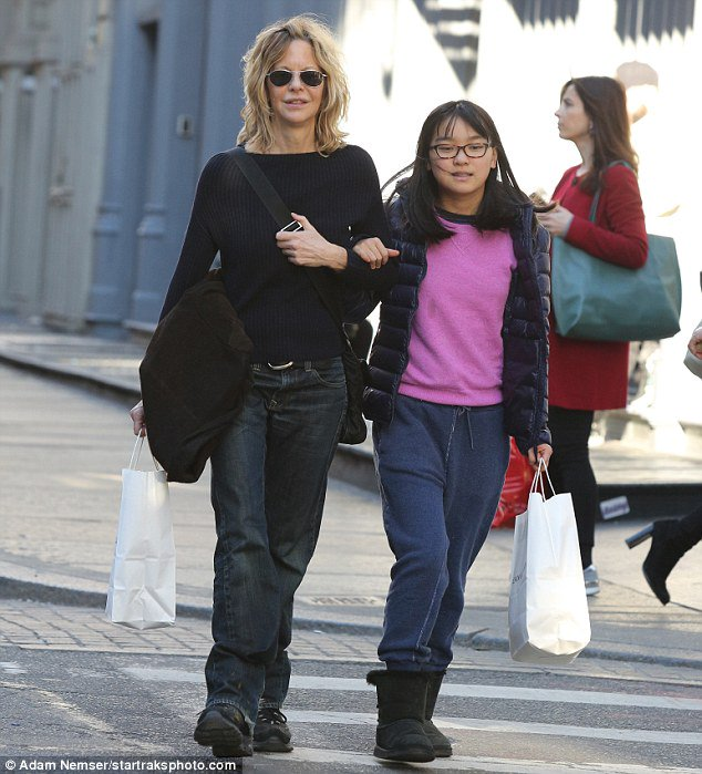 Meg Ryan goes casual as she enjoys girls' day of retail therapy with daughter Daisy in New York https://t.co/4nWihPBcDP