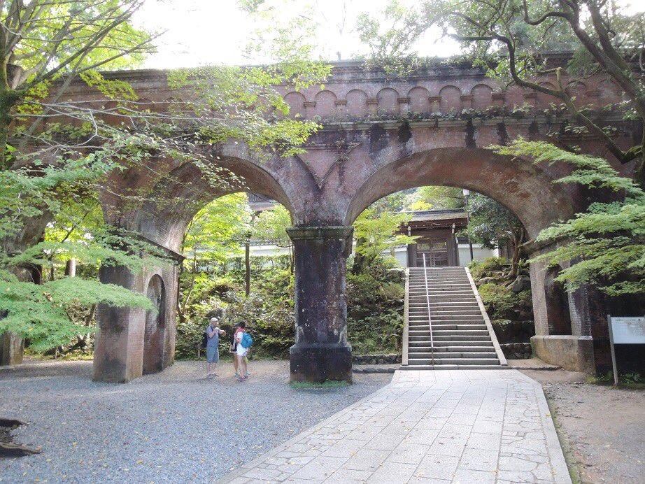 【京だより】南禅寺の境内には「水路閣」という水路橋が通っています。和の空間の中に現れる洋の風景に、とても驚きました!周り