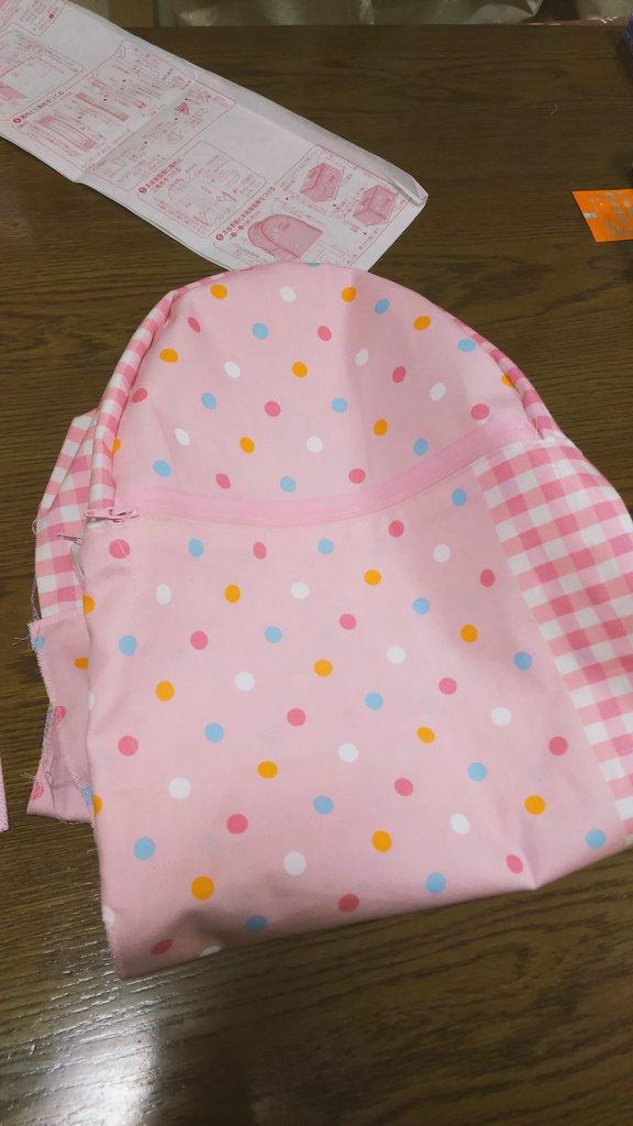 姪っ子に何種類かの布から裏地選んでもらったらジュエルペットが良いとのことで早速縫い付けてみた!表地に対してめっちゃ派手な
