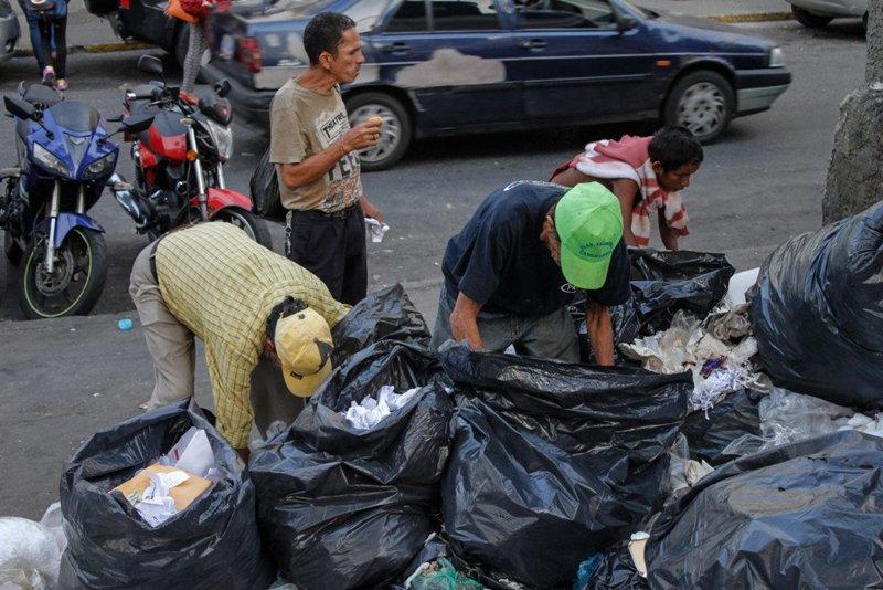 Una persona que come de un contendor me pidió: 'Padre dígale a la gente que las sobras de comida no las mezclen con basura podrida'.
