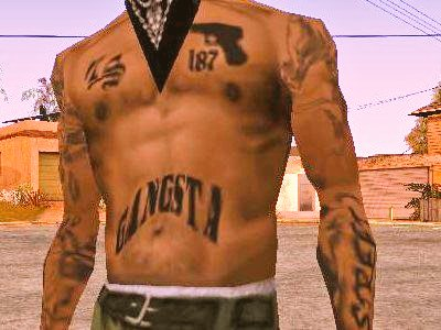 """グローブ・ストリートの若いOGのタトゥー。左胸に""""187""""つまりは殺人を表す番号、腹には""""GANGSTA""""、背中にローラ"""