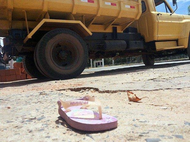 Criança de 2 anos morre atropelada pelo irmão de 15 que dirigia caminhão https://t.co/7URrgzUMqY #G1