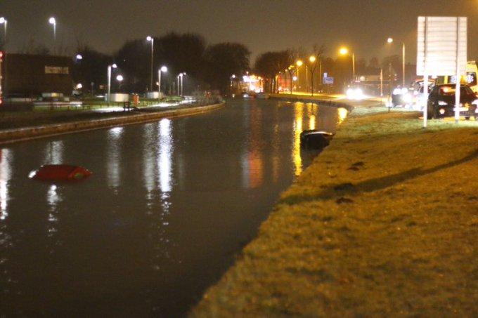 Auto te water aan de Middel Broekweg Honselersdijk. Bestuurder in de ambulance met nat pak. https://t.co/VZfnoWoCG3