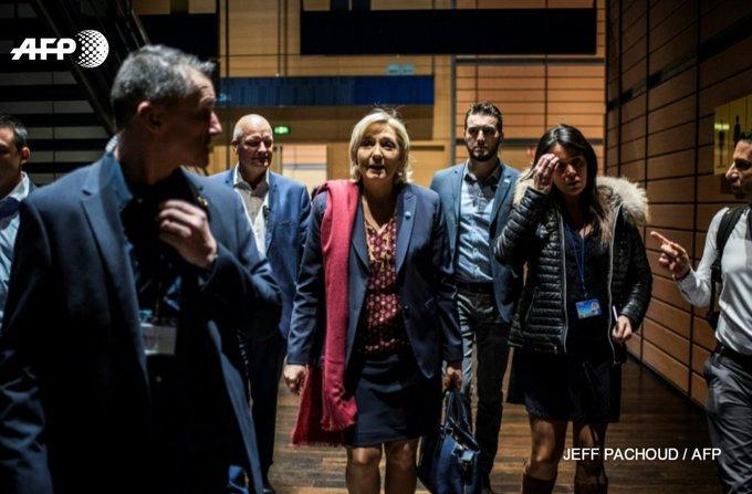 Marine Le Pen (c) entre son garde du corps Thierry Légier (g) et sa cheffe de cabinet Catherine Griset (d), le 4 février 2017 à Lyon #AFP