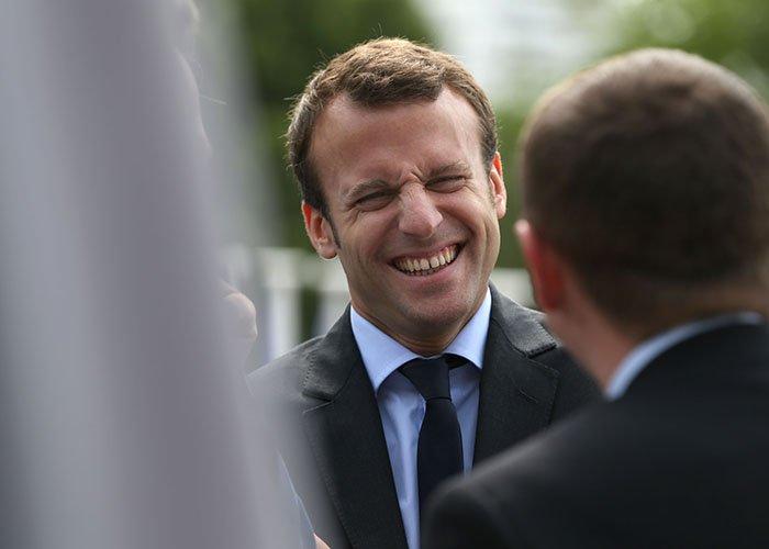 """Macron moqué ! Son nouveau surnom ? """"le ramasse-miettes"""" >> https://t.co/VE843aTuJ4"""