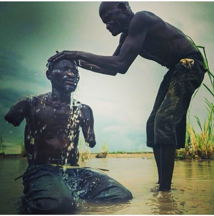 Cette photo est lourde de sens , l'entraide c'est la base , aider son prochain et éviter de se plaindre et remercier Dieu tous les jours 🙏🏾