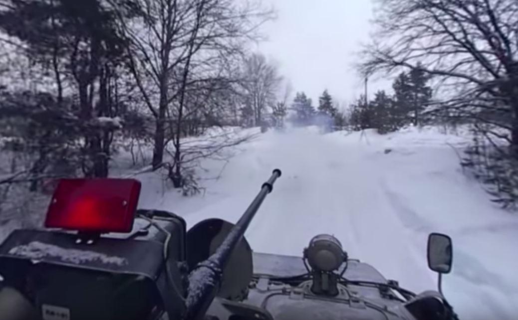 Les forces d'élite russes prennent d'assaut d'une unité blindée #VIDEO360 : https://t.co/poISV09o5K