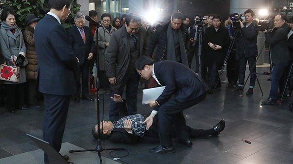 [서울시청 로비에 흉기 든 70대 남성 난입] 이 남성은 박원순 시장의 축사가 끝날 때쯤 '네가 시장이냐'라는 등 소리를 지른 뒤 흉기를 겨누다 제압됐습니다. https://t.co/VTCk5sZ2N0