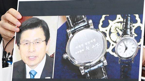 야권은 황교안 대통령 권한대행 국무총리가 총리가 아닌 '권한대행' 명의 시계를 제작한 데 대해 '부적절하다'는 반응을 잇달아 내놨습니다. https://t.co/EnwUk1IZ7s