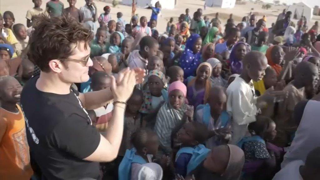 Au Niger, Orlando Bloom va à la rencontre de victimes de Boko Haram