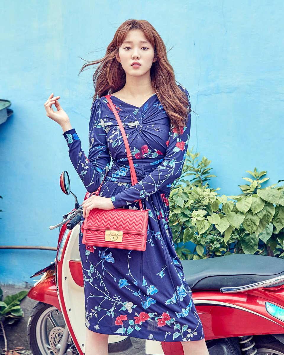 For your Friday viewing pleasure, @heybiblee  in #FerragamoSS17's twist-front floral dress on @cosmokorea. https://t.co/knRFU3adNv
