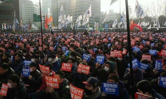 4년전 오늘은 박근혜가 취임했던 날입니다.그리고 1년 후 서울광장에선 박근혜는 하야하라는 외침이 울려 퍼졌습니다.오늘은 전국에서 광화문으로 모이는 집중의날 입니다.날씨도 포근하다고 하니,광장에서 만나요^^
