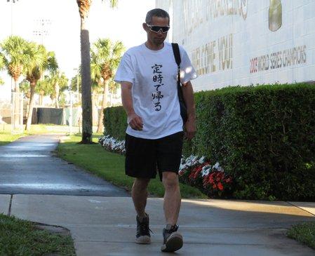 【恒例】イチローが「定時で帰る」Tシャツで球場入り https://t.co/qzLWGYO4PT  25日は白地に黒で「定時で帰る」の文字が入った一枚を着用。球場入りの際には患部にサポーターを巻くこともなく、動きもスムーズだった。