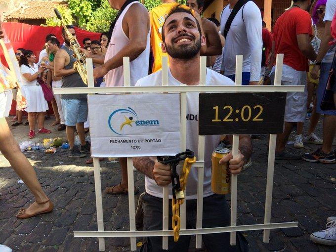 Nada escapa... folião que se vestiu de 'estudante atrasado do Enem' diz que fantasia foi furtada em Olinda https://t.co/GpjOJq1Yit