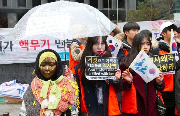 [일본 소녀상 철거, 고자세와 전방위 압박 동시에] 일본 외무성은 한국 정부가 부산 일본영사관 앞 소녀상을 철거하겠다는 움직임을 보이지 않으면 나가미네 대사의 귀임 조처는 없다고 전했다. https://t.co/9SGFU2Sj3V