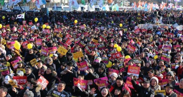 [심판의 날 앞두고 '100만 촛불'…3·1절 다시 모인다] 박 대통령이 취임 4주년을 맞은 지난 25일, 서울 광화문광장엔 올해 들어 가장 많은 인파가 모였다. 다음 촛불집회는 3.1절 다음달 1일에 열린다 https://t.co/z7JGIozOzN