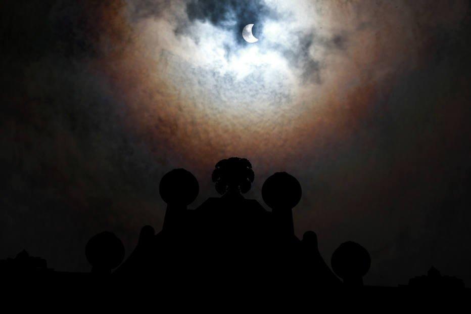 Eclipse parcial do Sol cria 'anel de fogo' no céu de SP https://t.co/YxRzZ7mkid