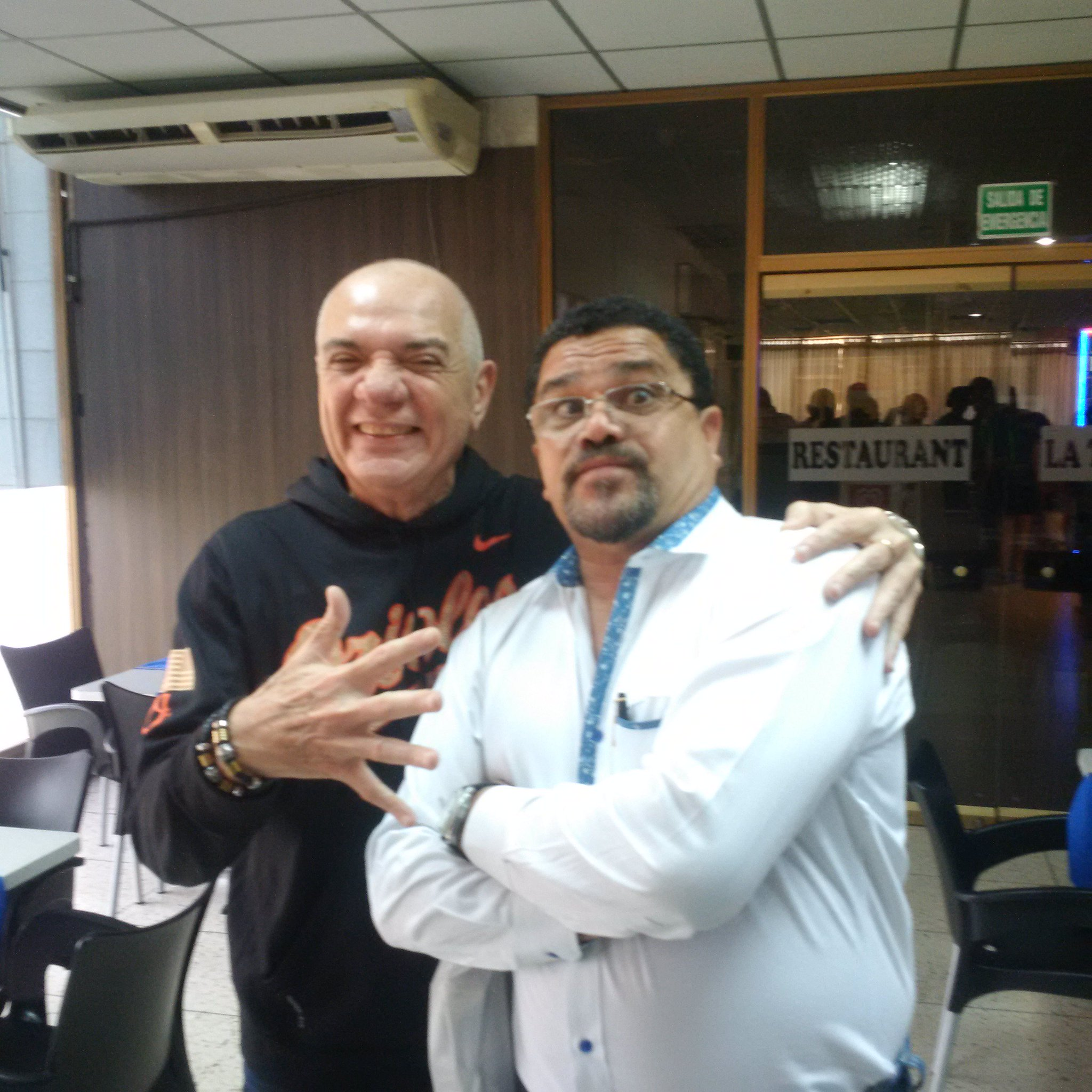Saludos a mis amigos der mundo. Aquí en Mérida con mi hermano Gustavo Aguado @OficialGuaco https://t.co/0OnjYP4N9t
