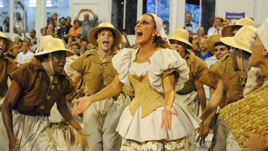 Ivete Sangalo dá o grito de guerra da Grande Rio e alterna figurinos na avenida #globeleza