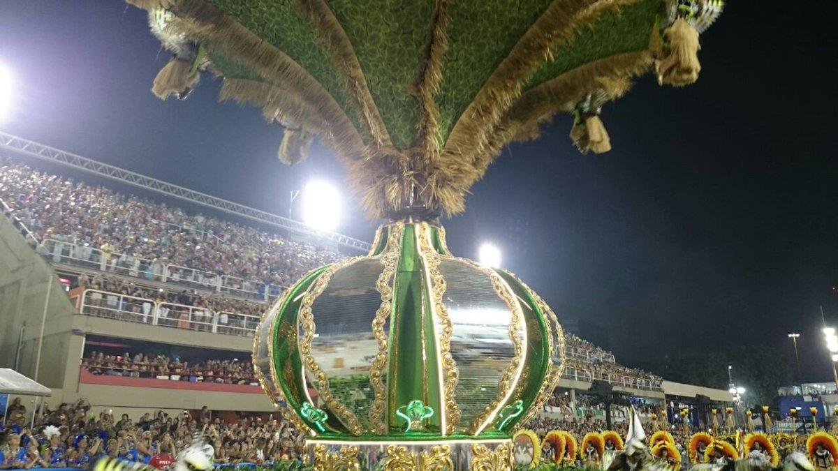 Oca indígena se transforma na coroa da Imperatriz. #CarnavalNoGlobo