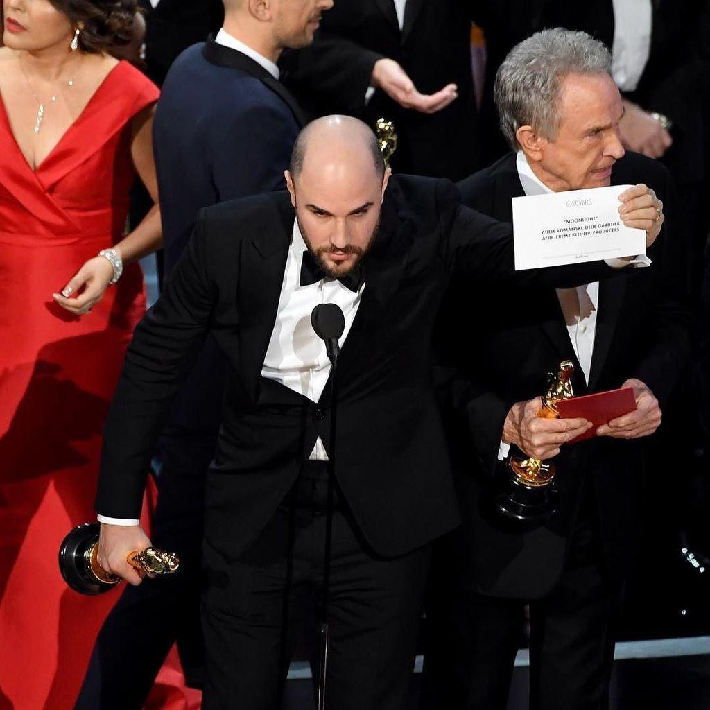 """This is not a joke."" 'La La Land' producer Jordan Horowitz holds up the winner card readi…"