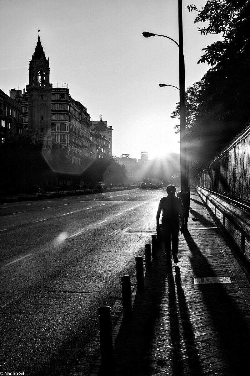 La ciudad se despierta y nos sonríe así, ¡Buenos días! (Foto de @CallejeandoMad) #felizlunes #madrid