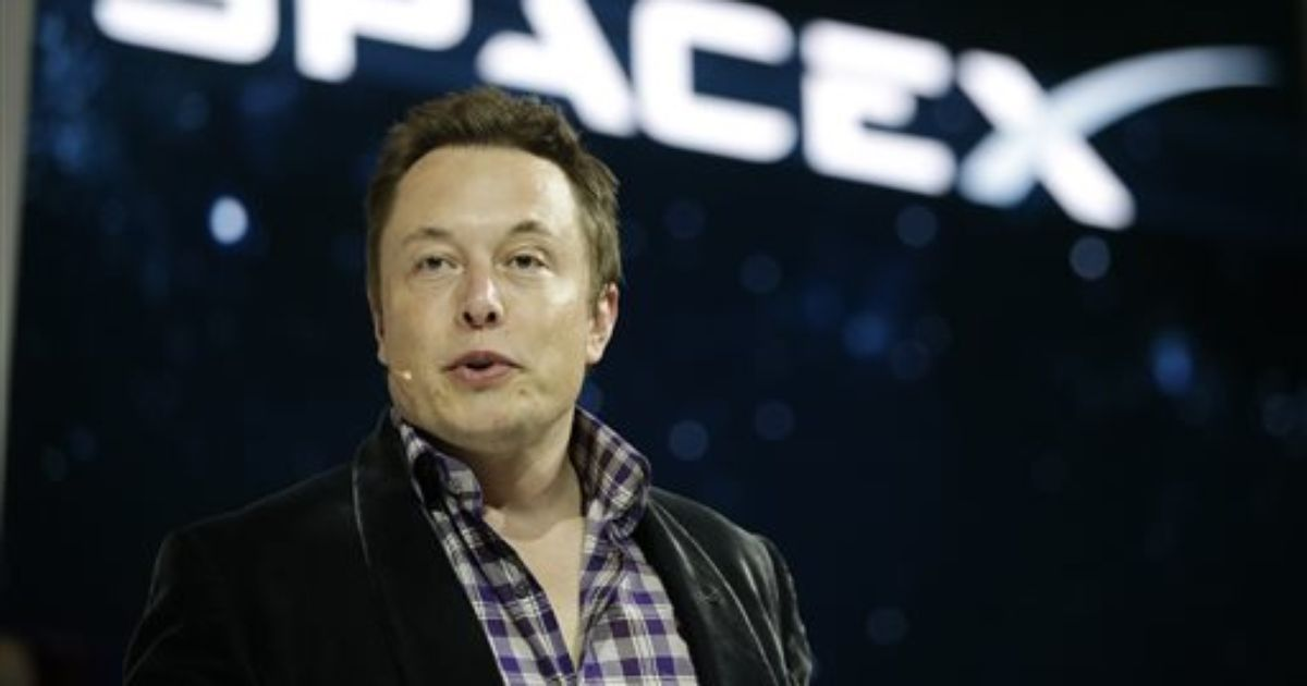 Elon Musk: SpaceX to fly 2 paying customers to the moon next year