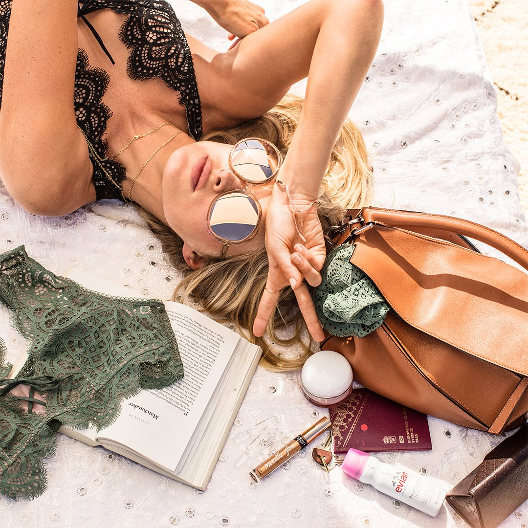 Here's what @elsahosk's packing for vacay. What's in your bag? https://t.co/XeMCe6Zcft https://t.co/nCukc4RCvw