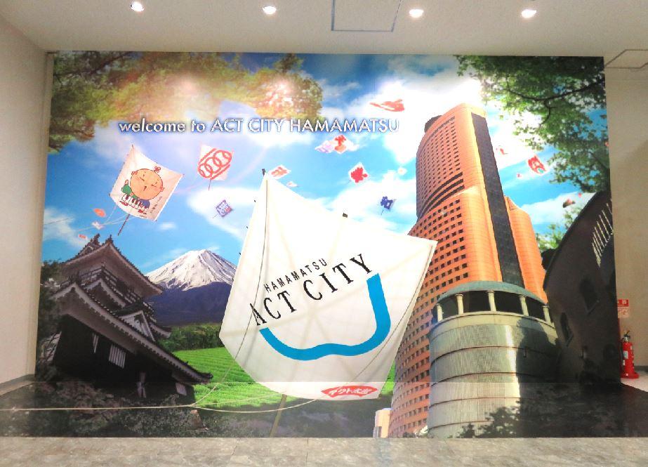 【シューベルトになりきれるフォトスポット】アルケー社のモデルとなったアクトシティ浜松には『浜松の街を凧と共に飛ばされてい