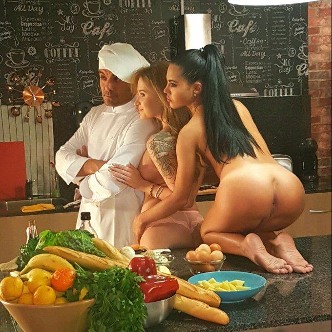2 pic. Rodaje para @PornDoePremium super xulo que tuve k cocinar una tortilla de patatas https://t.c