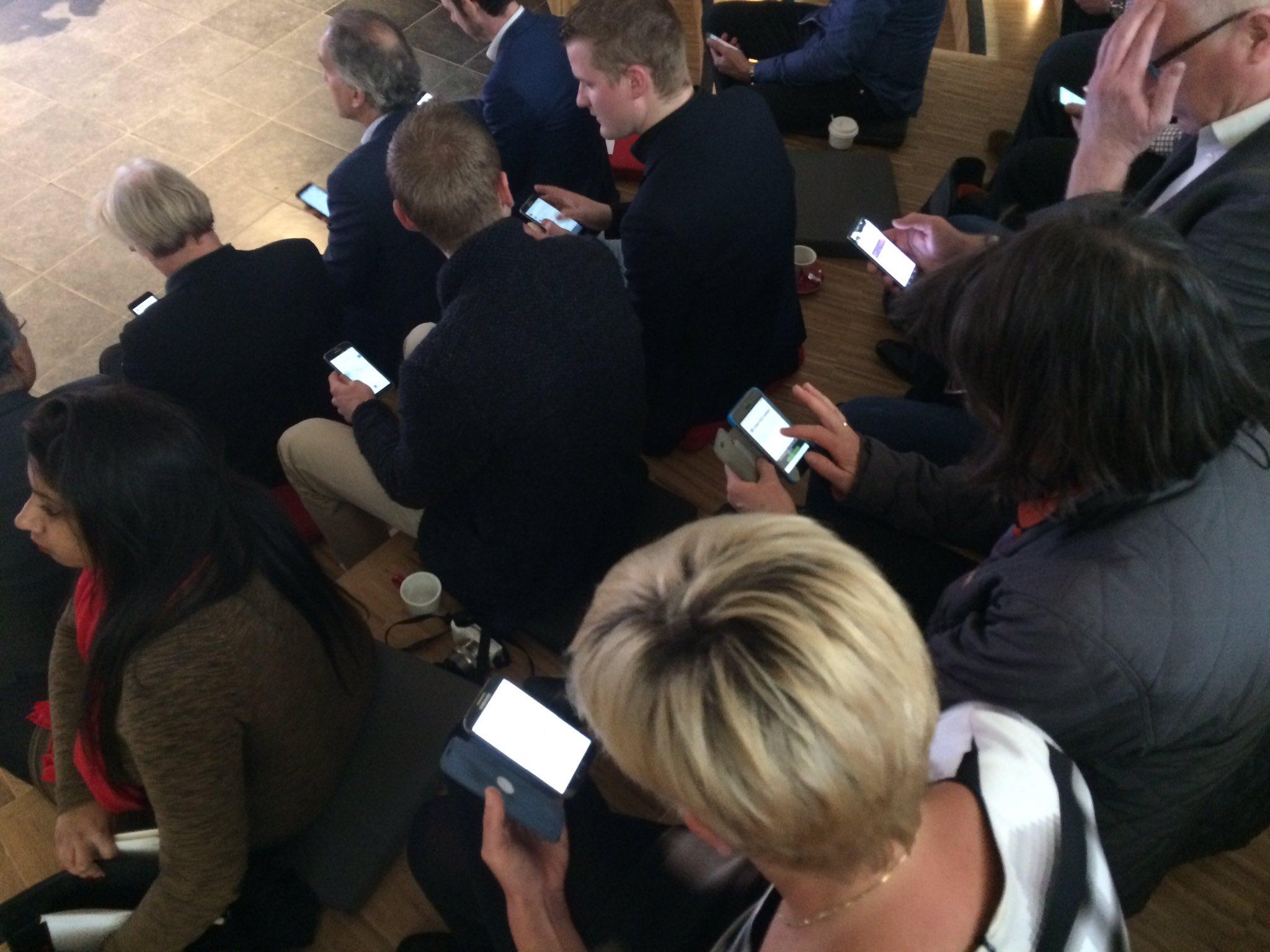 Het publiek maak zich klaar om straks ook m.b.t. het onderwerp van het #ICTCafé van vandaag een stem uit te brengen #ICT070 #verkiezingen https://t.co/LkIg3wjmKX