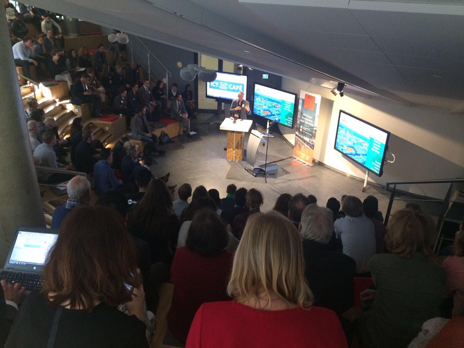 Erik Pasveer boeit het publiek met zijn verhaal over #DenHaag stad in transitie, waarin hij het Central Innovation District toelicht #ICT070 https://t.co/GgcXxbywGa