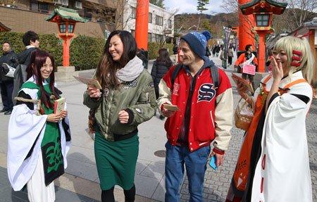 多くの外国人観光客が訪れる伏見稲荷大社の周辺で3日、観光客にマナー向上を呼び掛ける街頭イベントがあった。「いなり、こんこ