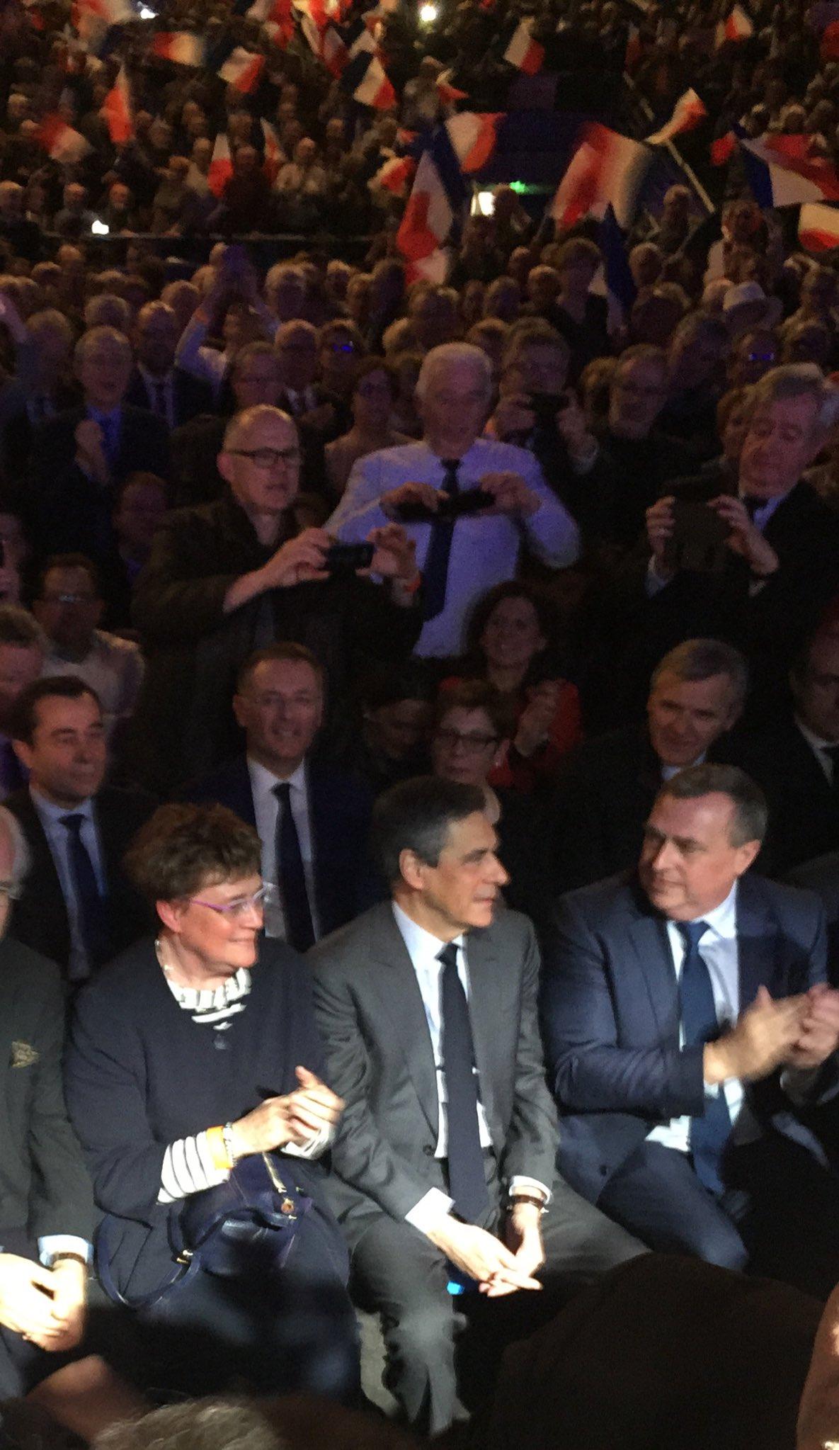 Un grand @FrancoisFillon ce soir à #Orleans #FillonOrleans #FillonPresident https://t.co/mVKIJvXxgD