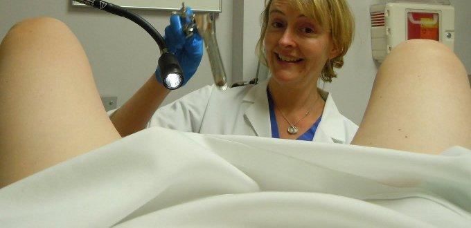 Молодая брюнетка с маленькими сиськами распахнула киску на приеме у гинеколога  343052