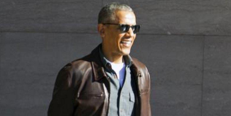 Tongs et veste en cuir : le nouveau style 'à la cool' de #BarackObama #people #mode >> https://t.co/1iatShJRVX