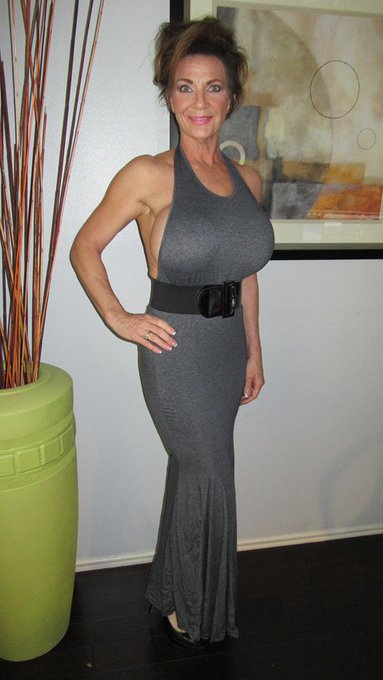 A new grey gown, its a little big and makes me look fat. https://t.co/EMn6HbqS41