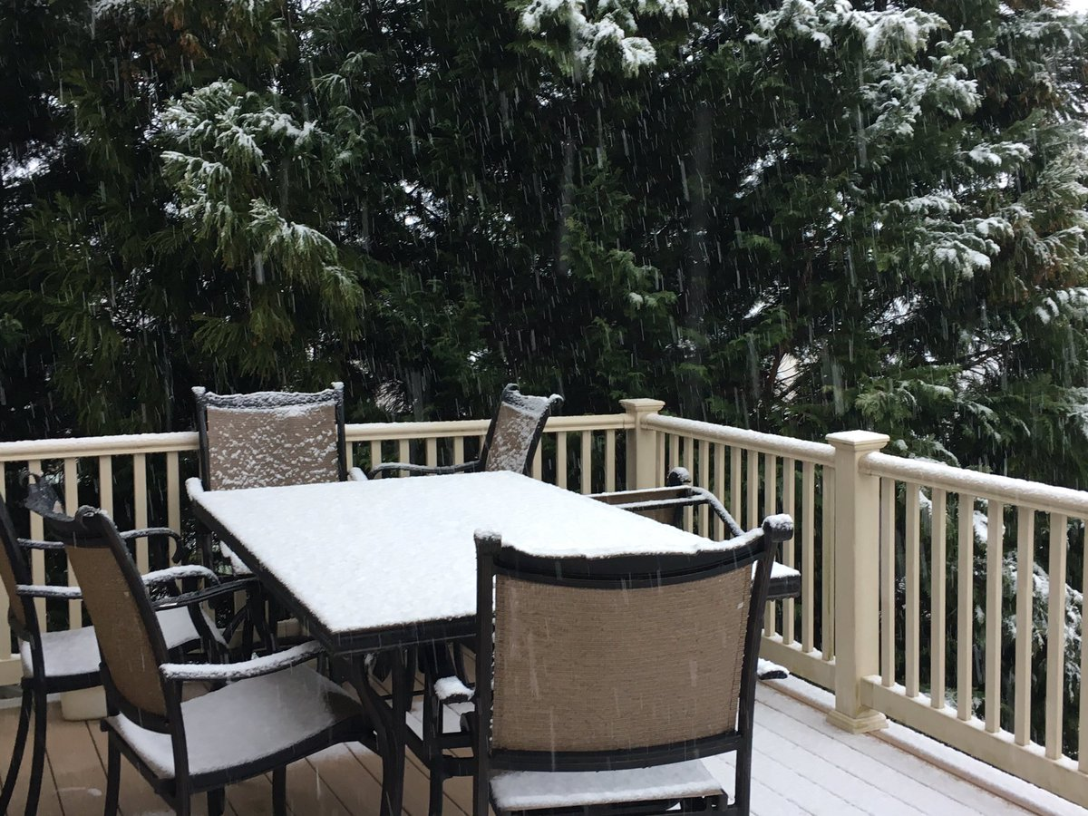 Frosting for breakfast, but hold the Flakes. We have #snow. #FITF it's slowly spreading across northern Maryland this morning