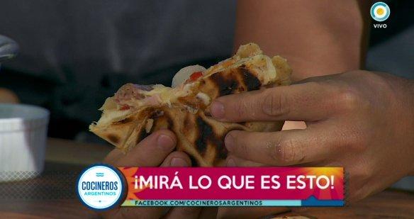 No vas a poder dejar de comerlas, provoletas rellenas en masa de chimi, una locura loca, ahora en #CocinerosArgentinos https://t.co/w0ErkjQ9Jf