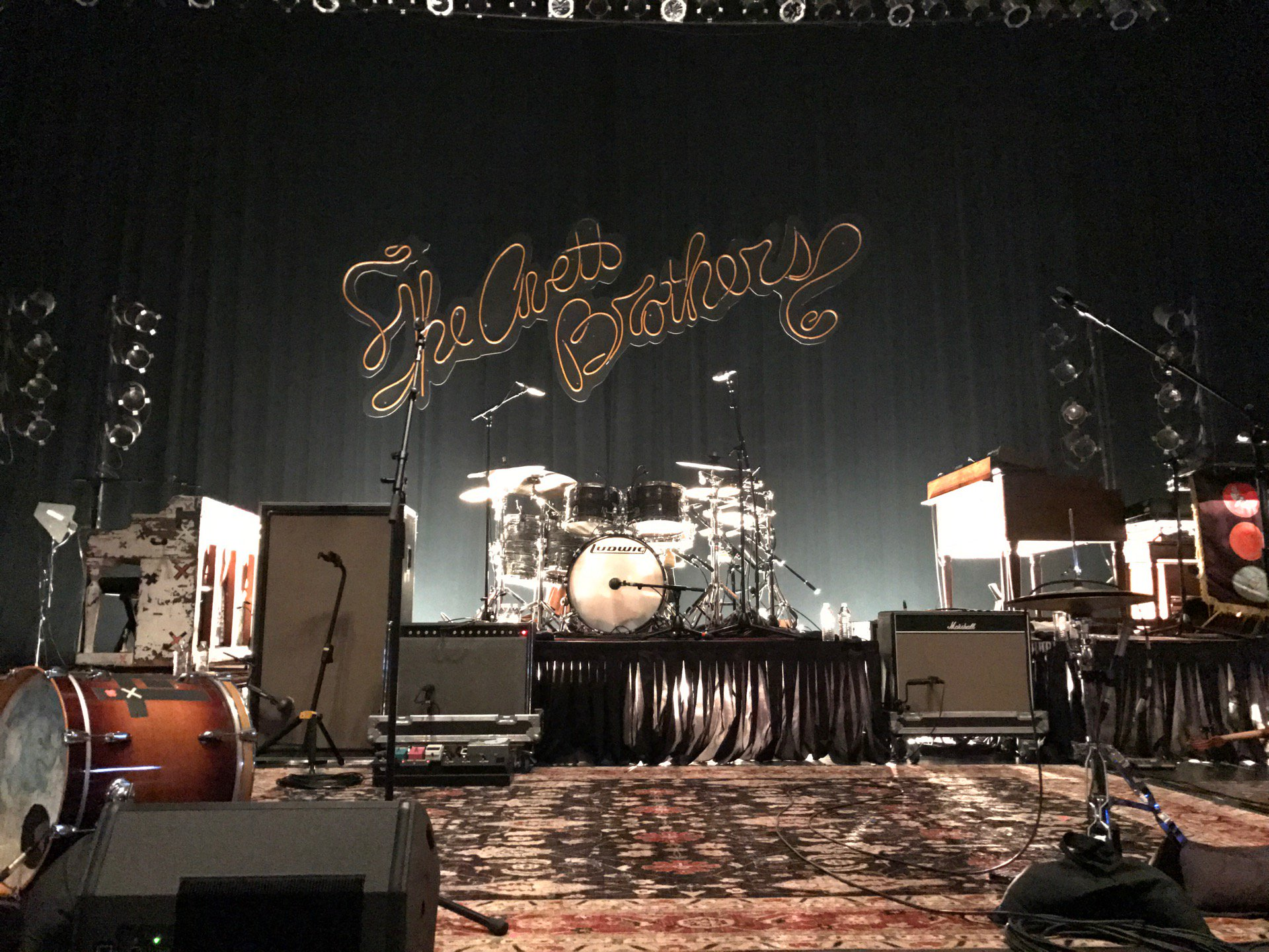 RT @theRab: Middle middle rail (at @TheNationalRva for The Avett Brothers in Richmond, VA) https://t.co/kuHIt6KZoq https://t.co/4SFvnEzjHv