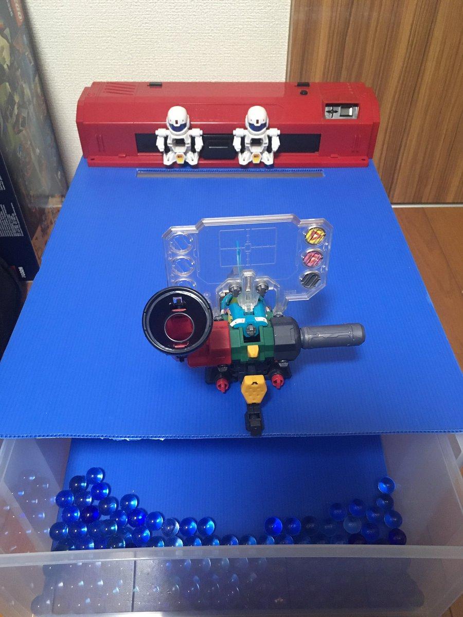 簡易的にスーパーアルティメットシューティング台作成中。衣装ケースとプラ段ボールでとりあえず弾が回収できればいいだけ。後は