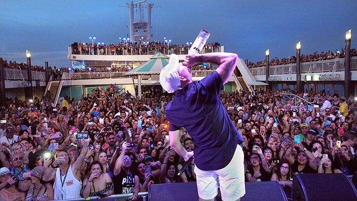 Uno, dos, tres #PitbullCruise #Dale https://t.co/A56hRhqTYe