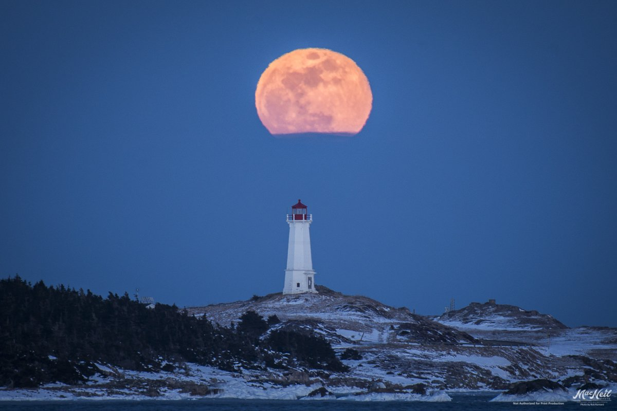 Tonight's full moon rising over Lighthouse Point, Louisbourg #CapeBreton https://t.co/G6ga4eH7yQ