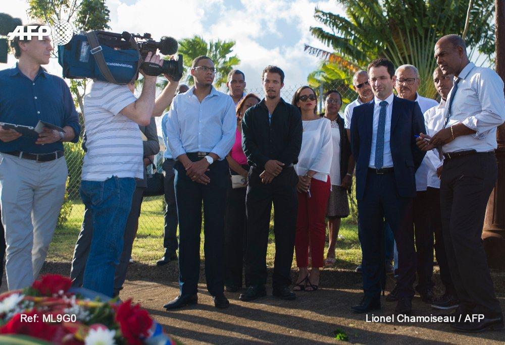 """En Martinique, Hamon dénonce les """"assassins d'aube"""" comme """"Le Pen"""""""