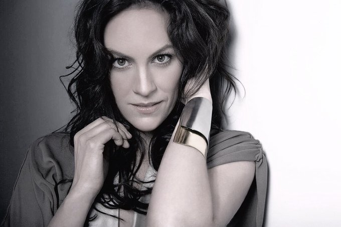 Happy birthday to the amazing Annabeth Gish! ¡Feliz cumpleaños