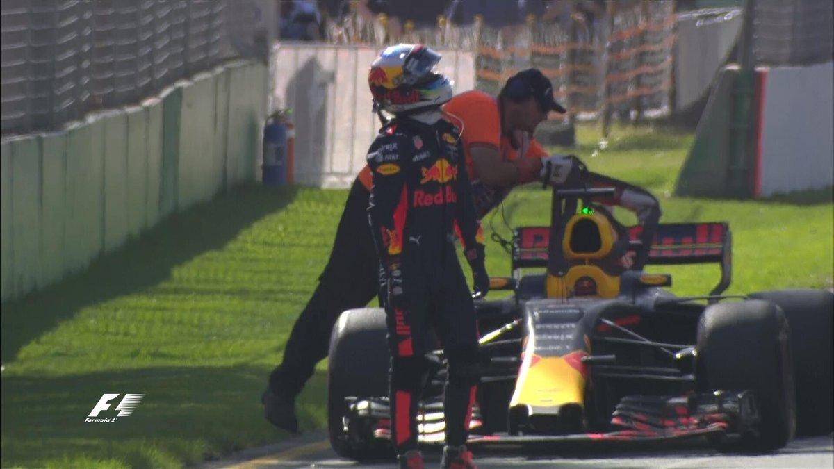 test Twitter Media - Daniel #Ricciardo zastavil pro technické důvody na dráze, nedostal se ani na startovní rošt. Do závodu tak zřejmě ani neodstartuje. https://t.co/j3B1KkwiAO