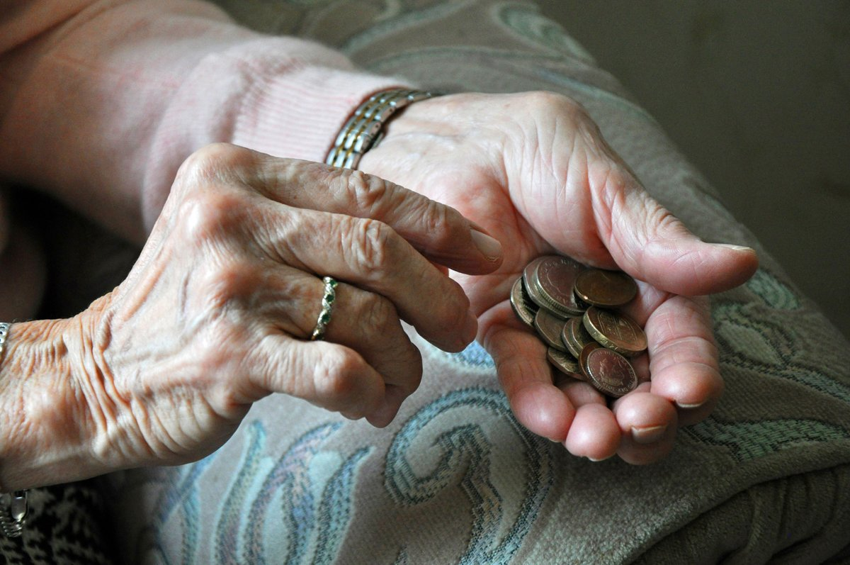 Elderly avoid cashpoints because of 'fears over impatient queuers' – HoL report: https://t.co/sJUlFk4eOP https://t.co/bkB0T2cua7